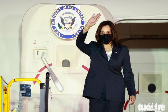 Phó tổng thống Mỹ Harris đã đến Việt Nam sau 3 giờ trì hoãn - Ảnh 1.