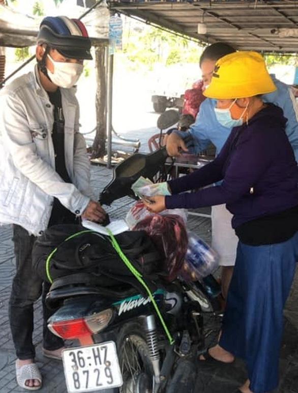 Đi bộ từ Quảng Ngãi về quê, lả ven đường, một phụ hồ được bà con, làng xã tặng xe đạp, xe máy - Ảnh 2.
