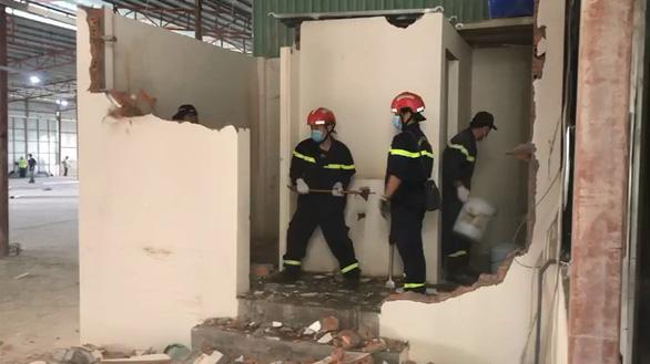 Lính chữa cháy cấp bách hỗ trợ xây dựng bệnh viện dã chiến điều trị COVID-19 - Ảnh 2.