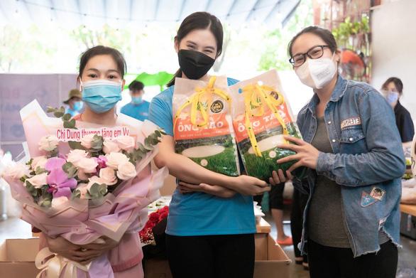 Việt Hương tiếp tục mua xe chở oxy hỗ trợ người dân - Ảnh 5.