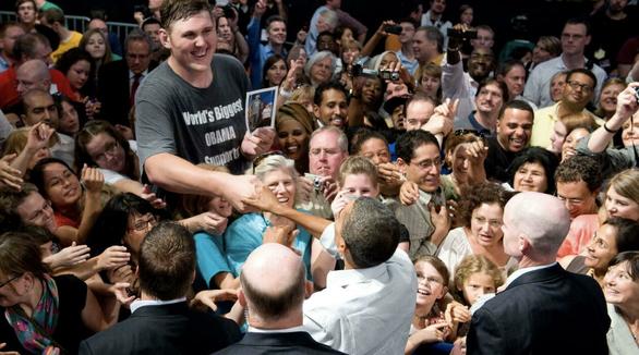Người khiến Obama phải ngước nhìn khi bắt tay đã qua đời - Ảnh 1.