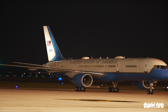 Phó tổng thống Mỹ Harris đã đến Việt Nam sau 3 giờ trì hoãn - Ảnh 3.