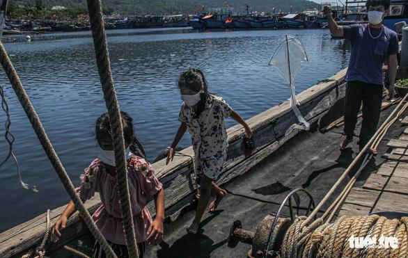 Gia đình 5 người cách ly trên tàu neo giữa cảng hơn 20 ngày - Ảnh 1.