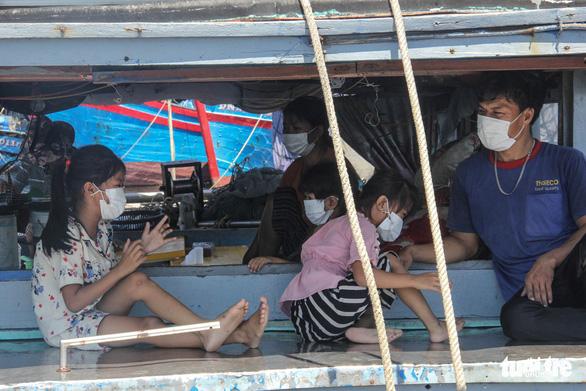 Gia đình 5 người cách ly trên tàu neo giữa cảng hơn 20 ngày - Ảnh 3.