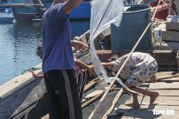 Gia đình 5 người cách ly trên tàu neo giữa cảng hơn 20 ngày - Ảnh 4.