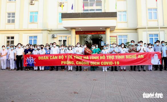 Hà Tĩnh cử 152 cán bộ y tế giúp Nghệ An, 20 y bác sĩ Ninh Thuận vào TP.HCM - Ảnh 1.