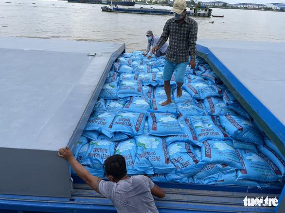 Phí container tăng gần gấp đôi, hàng chục ngàn tấn gạo 'neo' trên sông chờ xuất khẩu - Ảnh 1.