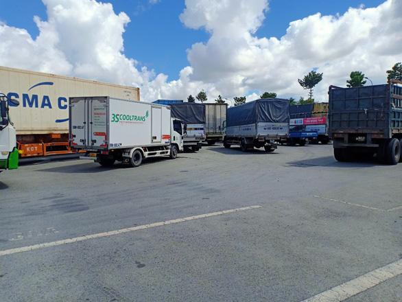 Hàng chục xe chở hàng thiết yếu bị kẹt tại chốt do quy định phải xuống hàng sang xe - Ảnh 2.