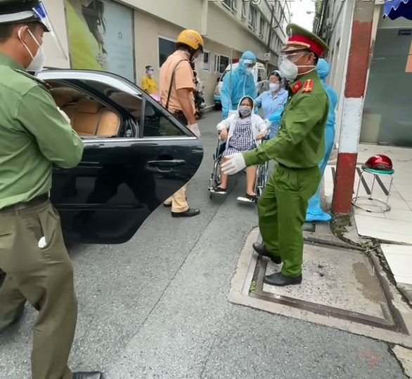 Thai phụ bị tai nạn văng xuống đường, công an kịp thời đưa đi cấp cứu - Ảnh 2.