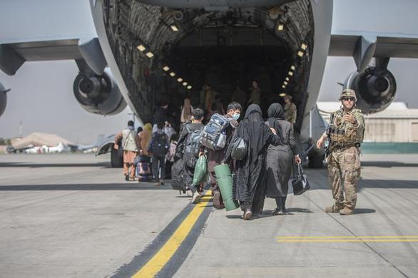 Ông Biden thúc đẩy hoàn thành sơ tán người khỏi Afghanistan đúng hạn - Ảnh 1.