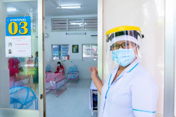 Trung tâm chăm sóc con sơ sinh của bà mẹ mắc COVID-19 ở TP.HCM - Ảnh 1.