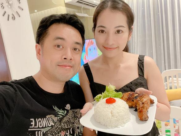 Vợ chồng Dương Khắc Linh, Sara Lưu hướng dẫn làm món tôm tích cháy tỏi - Ảnh 2.