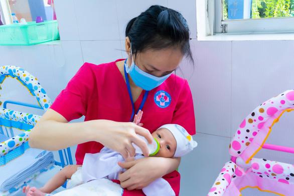 Trung tâm chăm sóc con sơ sinh của bà mẹ mắc COVID-19 ở TP.HCM - Ảnh 2.