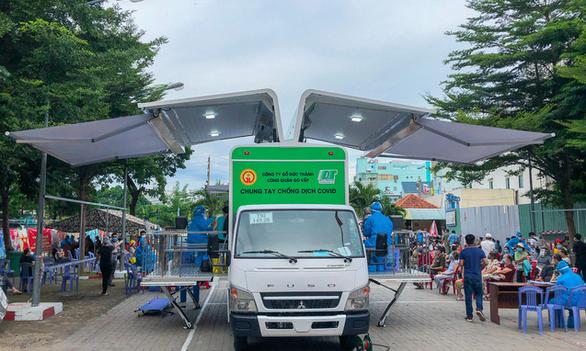 Thaco muốn tặng TP.HCM 30 xe cứu thương, 25 xe tiêm vắc xin cơ động - Ảnh 1.