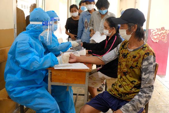 Hơn 100 người lang thang, cơ nhỡ có chỗ ở, được chăm sóc và tiêm vắc xin - Ảnh 3.