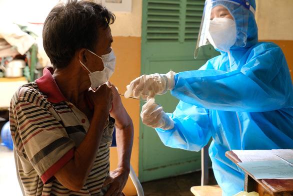 Hơn 100 người lang thang, cơ nhỡ có chỗ ở, được chăm sóc và tiêm vắc xin - Ảnh 1.