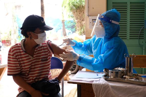 Hơn 100 người lang thang, cơ nhỡ có chỗ ở, được chăm sóc và tiêm vắc xin - Ảnh 2.