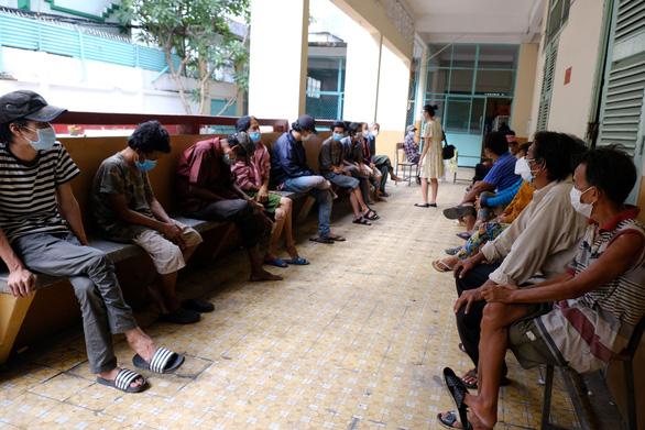 Hơn 100 người lang thang, cơ nhỡ có chỗ ở, được chăm sóc và tiêm vắc xin - Ảnh 4.