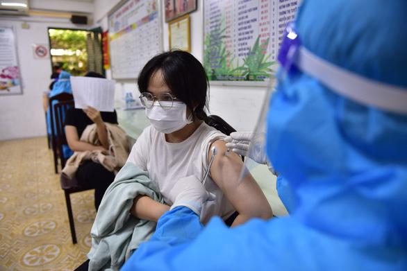 HỎI - ĐÁP về dịch COVID-19: Khỏi COVID-19, có nên tiêm vắc xin COVID-19 nữa không? - Ảnh 1.