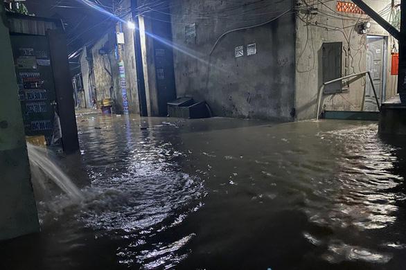 Biên Hòa: nước ùn ùn tràn vào nhà dân, nhiều tuyến đường ngập sâu - Ảnh 3.