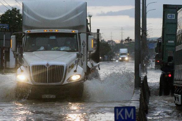 Biên Hòa: nước ùn ùn tràn vào nhà dân, nhiều tuyến đường ngập sâu - Ảnh 4.