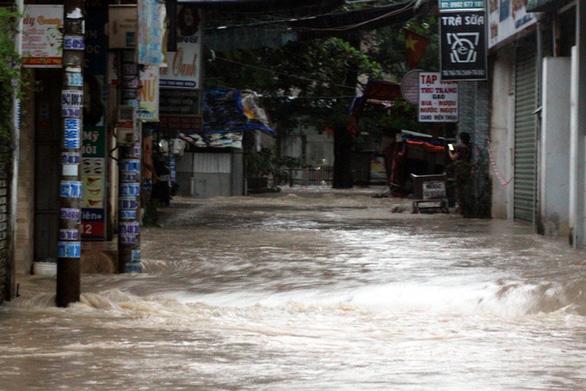Biên Hòa: nước ùn ùn tràn vào nhà dân, nhiều tuyến đường ngập sâu - Ảnh 5.