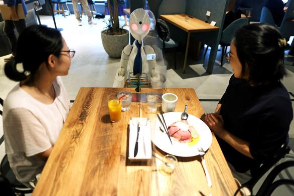 Quán cà phê robot do người khuyết tật điều khiển - Ảnh 2.