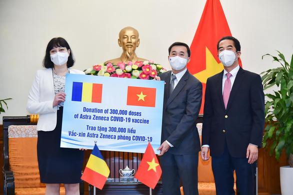 Romania tặng 300.000 liều vắc xin AstraZeneca cho Việt Nam - Ảnh 1.