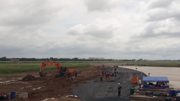 Dự án nâng cấp đường băng sân bay Tân Sơn Nhất thi công trở lại từ 25-8 - Ảnh 2.