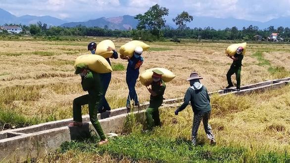 Công an Đà Nẵng triển khai các điểm cung ứng lương thực, thực phẩm tại 30 phường - Ảnh 1.