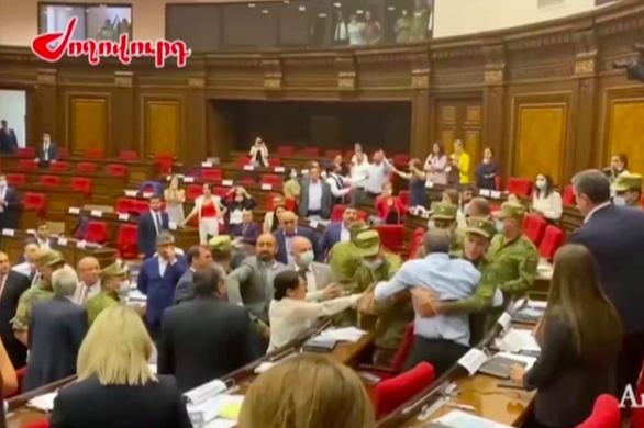 Các nghị sĩ Armenia đánh nhau ngay giữa phòng họp lớn - Ảnh 2.