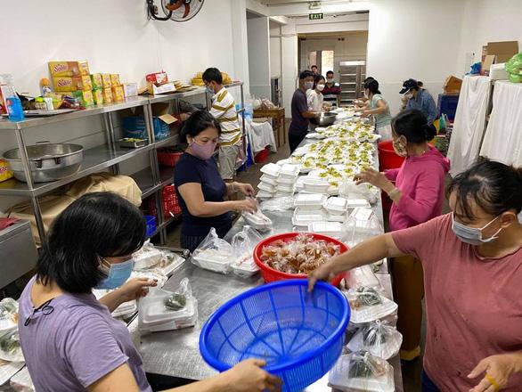 Nhóm bếp, mở chợ cho người khó khăn trong đại dịch - Ảnh 3.