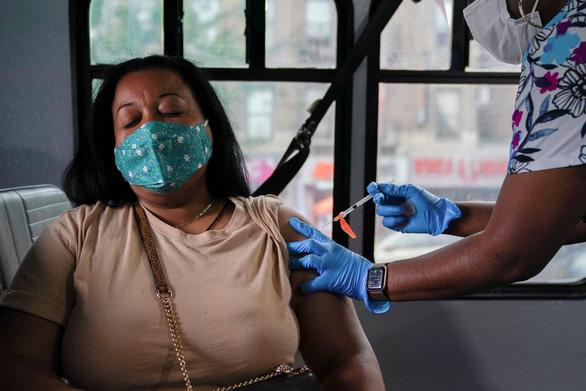 Mỹ có thể phê duyệt liều thứ ba cho người đã tiêm đủ vắc xin từ 6 tháng trước - Ảnh 1.