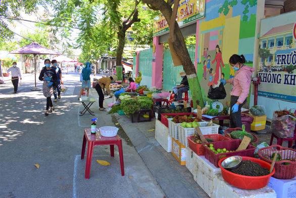 Đưa chợ ra phố ở Nha Trang: An toàn, người mua người bán đều thích - Ảnh 6.