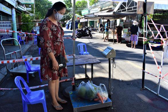 Đưa chợ ra phố ở Nha Trang: An toàn, người mua người bán đều thích - Ảnh 8.