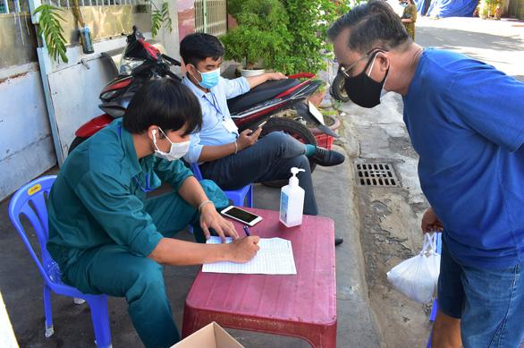 Đưa chợ ra phố ở Nha Trang: An toàn, người mua người bán đều thích - Ảnh 3.