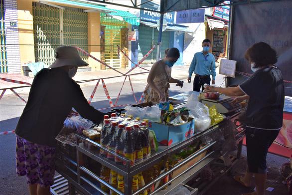 Đưa chợ ra phố ở Nha Trang: An toàn, người mua người bán đều thích - Ảnh 7.