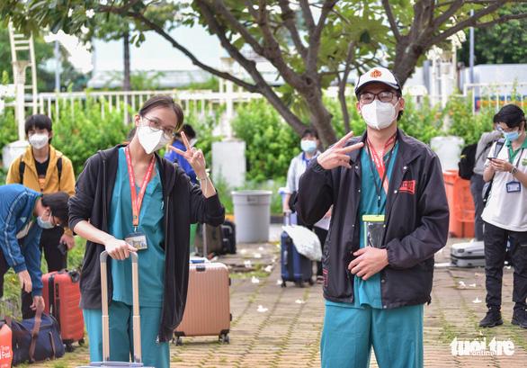 Bạn trẻ TP.HCM khăn gói theo xe taxi tình nguyện chuyển bệnh nhân F0 - Ảnh 4.