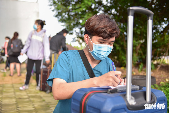 Bạn trẻ TP.HCM khăn gói theo xe taxi tình nguyện chuyển bệnh nhân F0 - Ảnh 3.