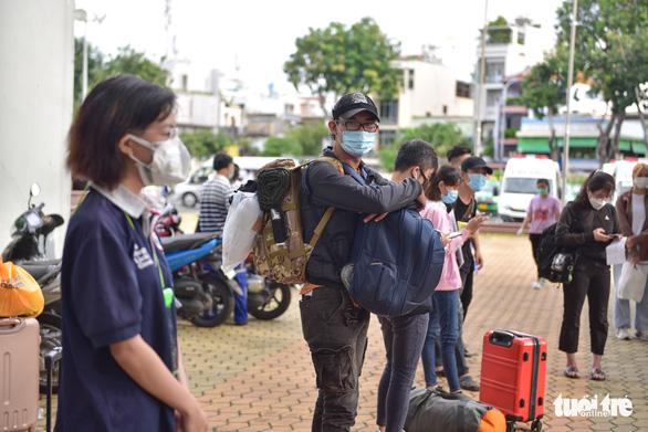 Bạn trẻ TP.HCM khăn gói theo xe taxi tình nguyện chuyển bệnh nhân F0 - Ảnh 2.