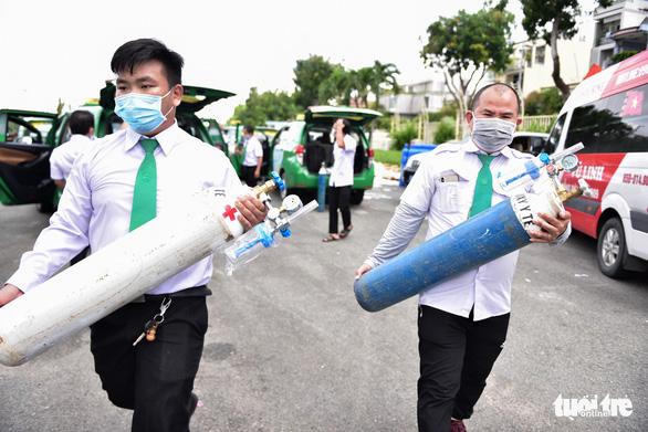 Bạn trẻ TP.HCM khăn gói theo xe taxi tình nguyện chuyển bệnh nhân F0 - Ảnh 6.