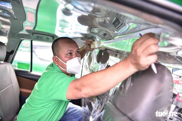 Bạn trẻ TP.HCM khăn gói theo xe taxi tình nguyện chuyển bệnh nhân F0 - Ảnh 7.
