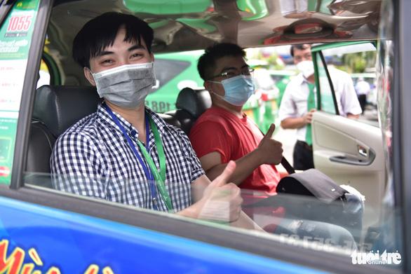 Bạn trẻ TP.HCM khăn gói theo xe taxi tình nguyện chuyển bệnh nhân F0 - Ảnh 1.