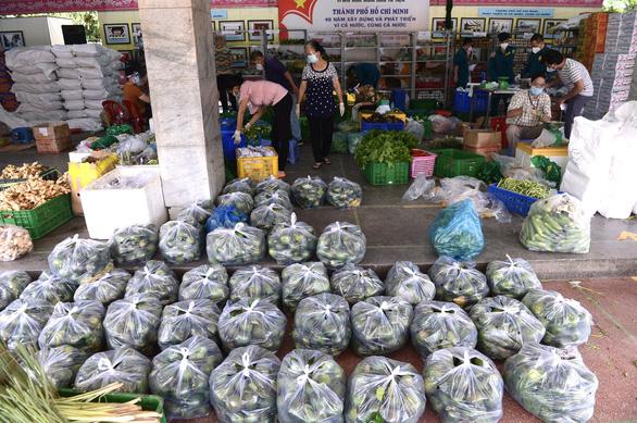 Kéo hàng về địa bàn để đi chợ hộ cho dân - Ảnh 1.