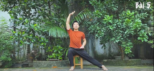 Biên đạo múa Vũ Ngọc Khải hiến kế các bài tập nâng cao sức đề kháng - Ảnh 1.