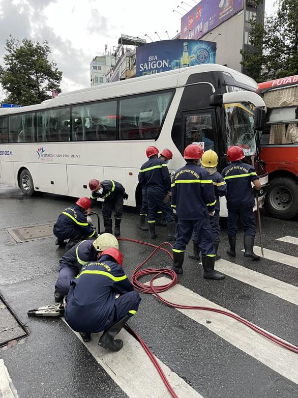 Xe chở bác sĩ va chạm xe công nhân trên đường Trần Hưng Đạo - Ảnh 1.