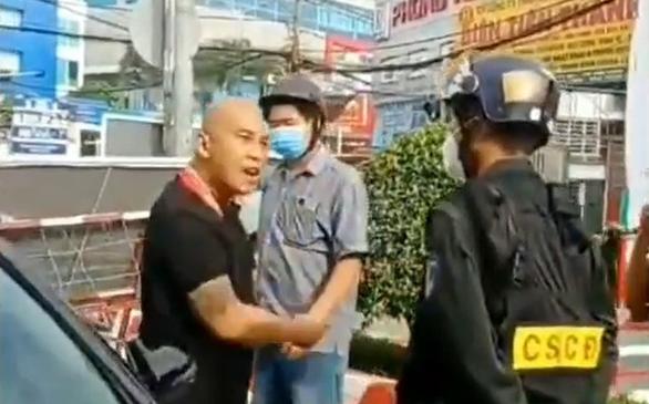 Xử lý tài xế chống đối, dọa giết cả nhà cảnh sát cơ động tại chốt kiểm dịch - Ảnh 1.