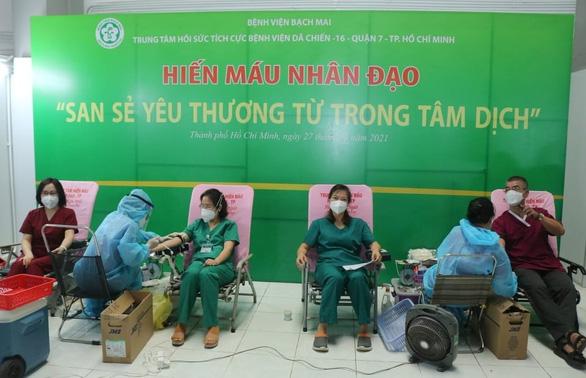 Y bác sĩ Bệnh viện Bạch Mai vừa chống dịch, vừa hiến máu cứu bệnh nhân COVID-19 - Ảnh 1.