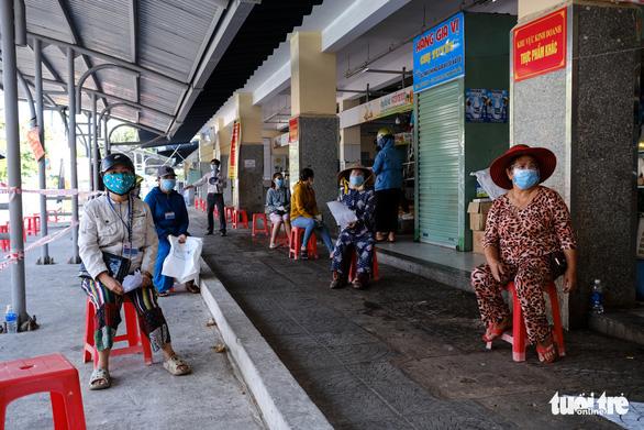Đà Nẵng mở lại một số chợ bán cho người đi chợ hộ - Ảnh 3.