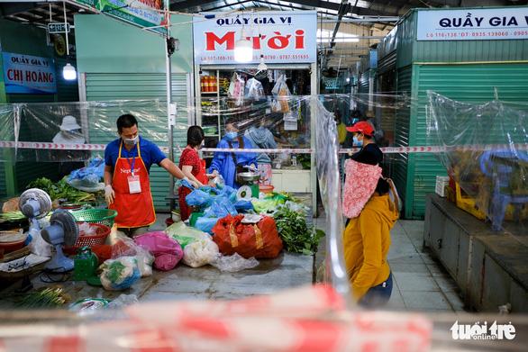 Đà Nẵng mở lại một số chợ bán cho người đi chợ hộ - Ảnh 4.